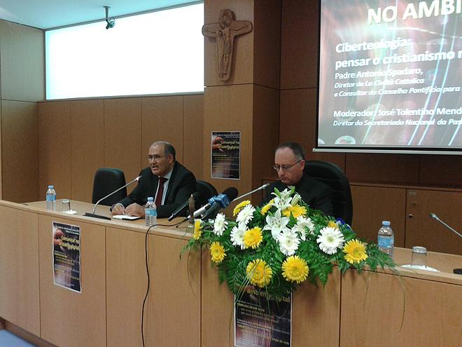 Pe. Tolentino de Mendonça (E) com António Spadaro (D) © Sandra Moreira