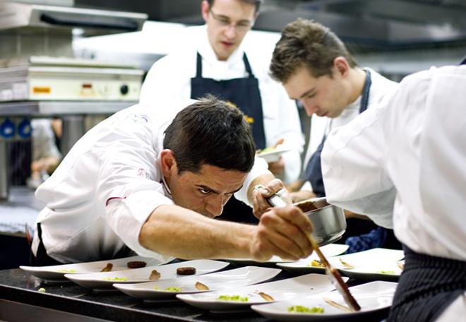 Chef Matteo Ferrantino na cozinha do Vila Joya